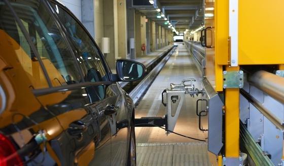 Contidrom nahe Hannover: Die Reifentestanlage ermöglicht Testfahrten ohne Fahrer auf trockenem und nassem Untergrund. Hier wurde auch die erste Kleinserie von Reifen aus Kautschuk getestet, der aus russischem Löwenzahl gewonnen wurde.