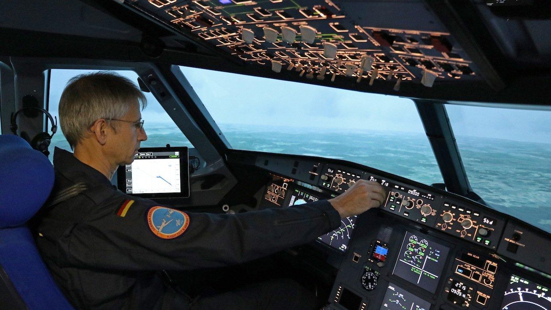 DLR-Testpilot Stefan Seydel im beweglichen A320-Cockpit des Simulatorzentrums AVES: Ende September wird der Lande-Navi im normalen Tagesbetrieb des Frankfurter Flughafens getestet. Der Navi gibt dem Piloten Hinweise für besonders leise Landungen.