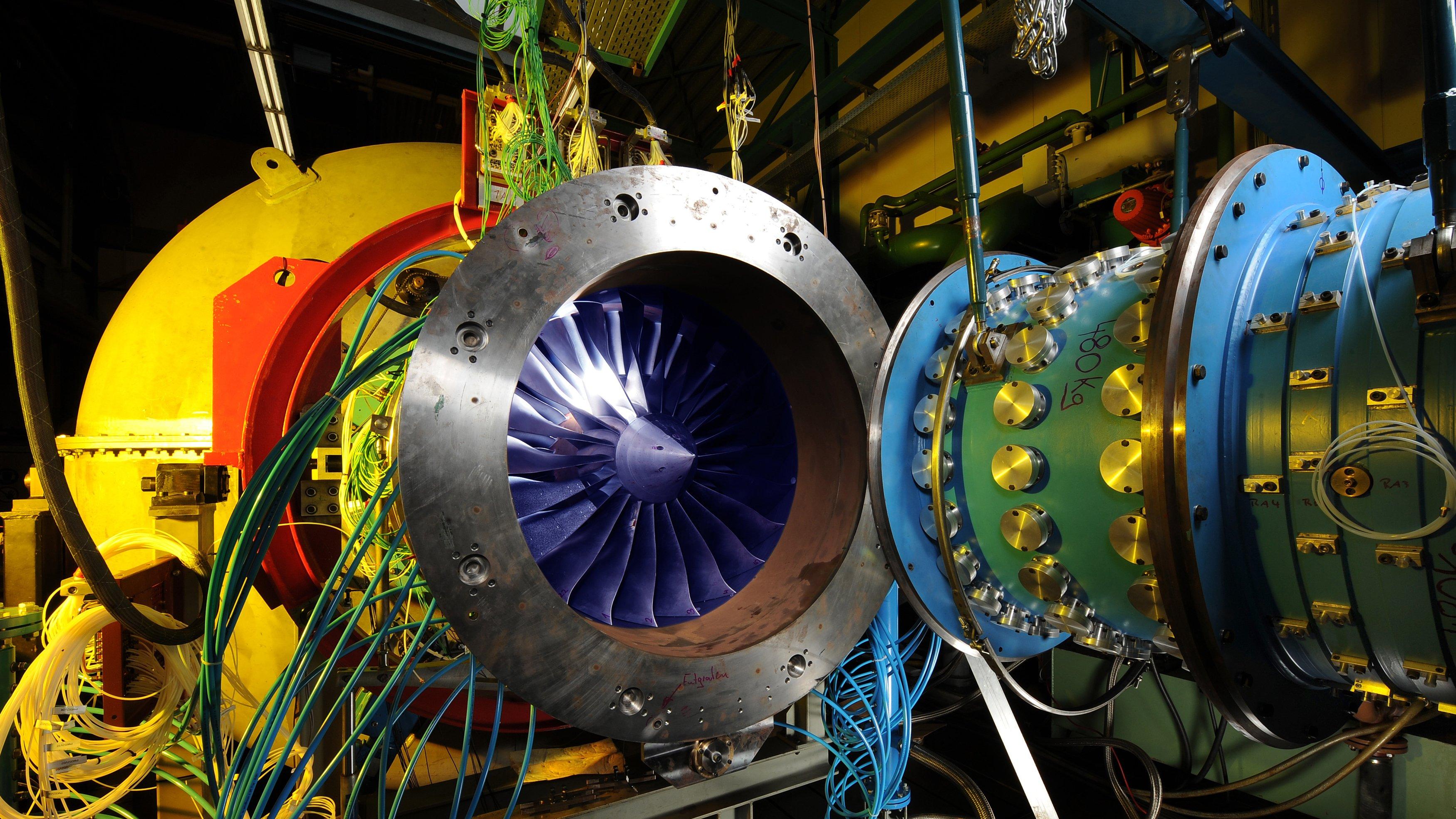 In Versuchen ließen die DLR-Forscher Druckluft auf den Rotor strömen. Durch diesen sogenannten Gegenschall sank das Störgeräusch um zehn Dezibel – das entspricht einer Halbierung der wahrgenommenen Lautstärke.