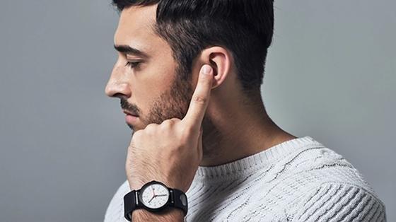 Ungewohnter Anblick: Der Mann telefoniert – das Armband Sgnl macht den Zeigefinger zum Lautsprecher.