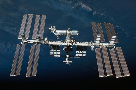 Die Internationale Raumstation ISS: Am Freitag sollte eine neue Langzeitbesatzung dorthin aufbrechen. Daraus wird erst einmal nichts. Bei vorbereitenden Tests am Weltraumbahnhof Baikonur kam es zu einem Kurzschluss in der Sojus-Trägerrakete bzw. im Raumschiff. Die Suche nach der Ursache dauert noch an. Foto: ESA