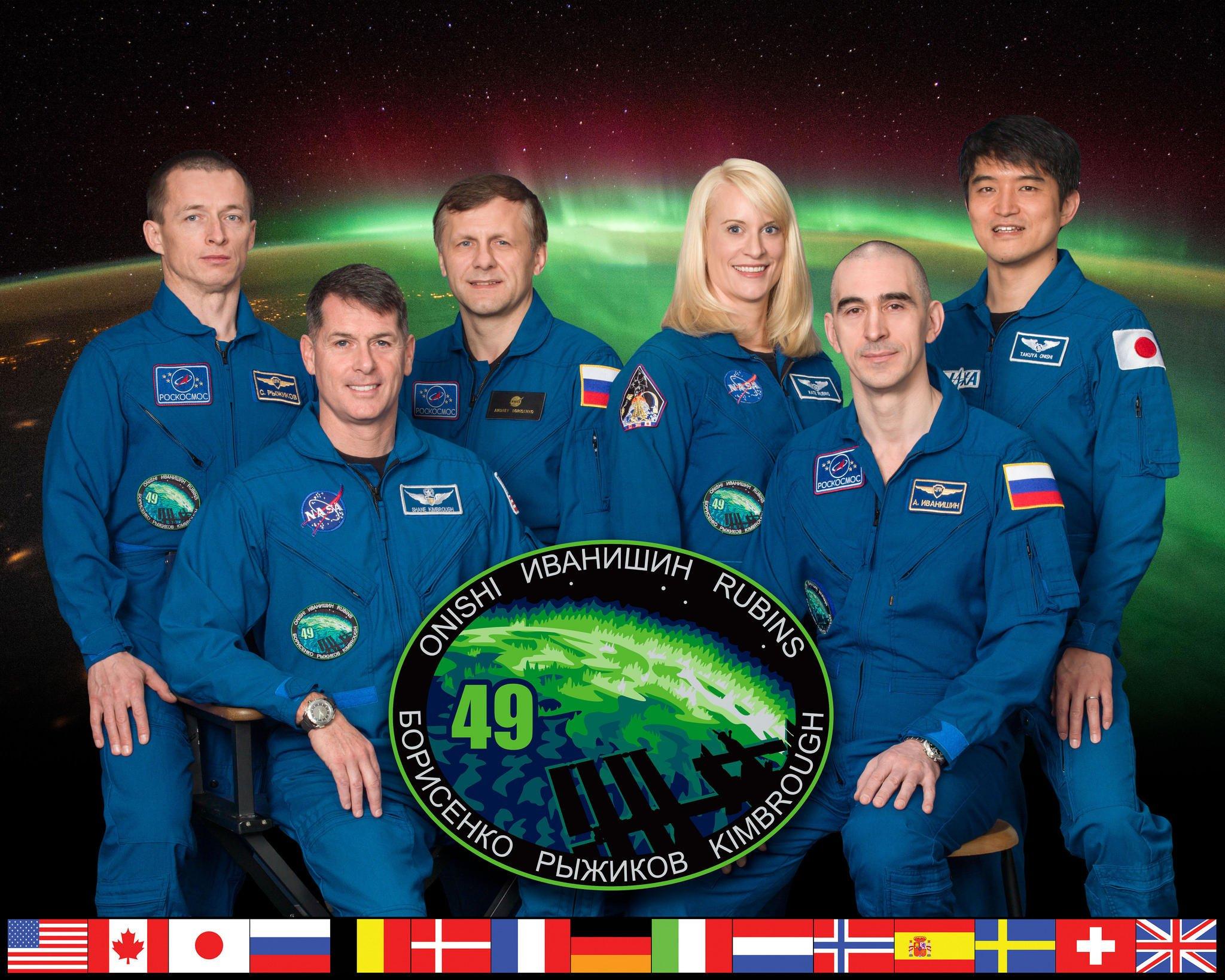 Die Crew der 49. Mission: Sergei Ryzhikov, Shane Kimbrough, Andrei Borisenko (v.l.) sitzen nach der Panne zunächst einmal am Weltraumbahnhof in Baikonur fest. Kate Rubins, Anatoli Ivanishin, and Takuya Onishi befinden sich seit dem 7. Juli 2016 auf der Internationalen Raumstation.
