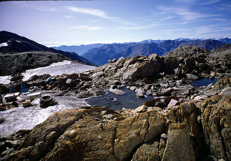 Ötzi wurde in Südtirol auf rund 3.200 m Höhe nahe dem Weg von der Similaunhütte zum Tisenjoch in einer Felsmulde gefunden, die von steilen Felsrippen umgeben ist.