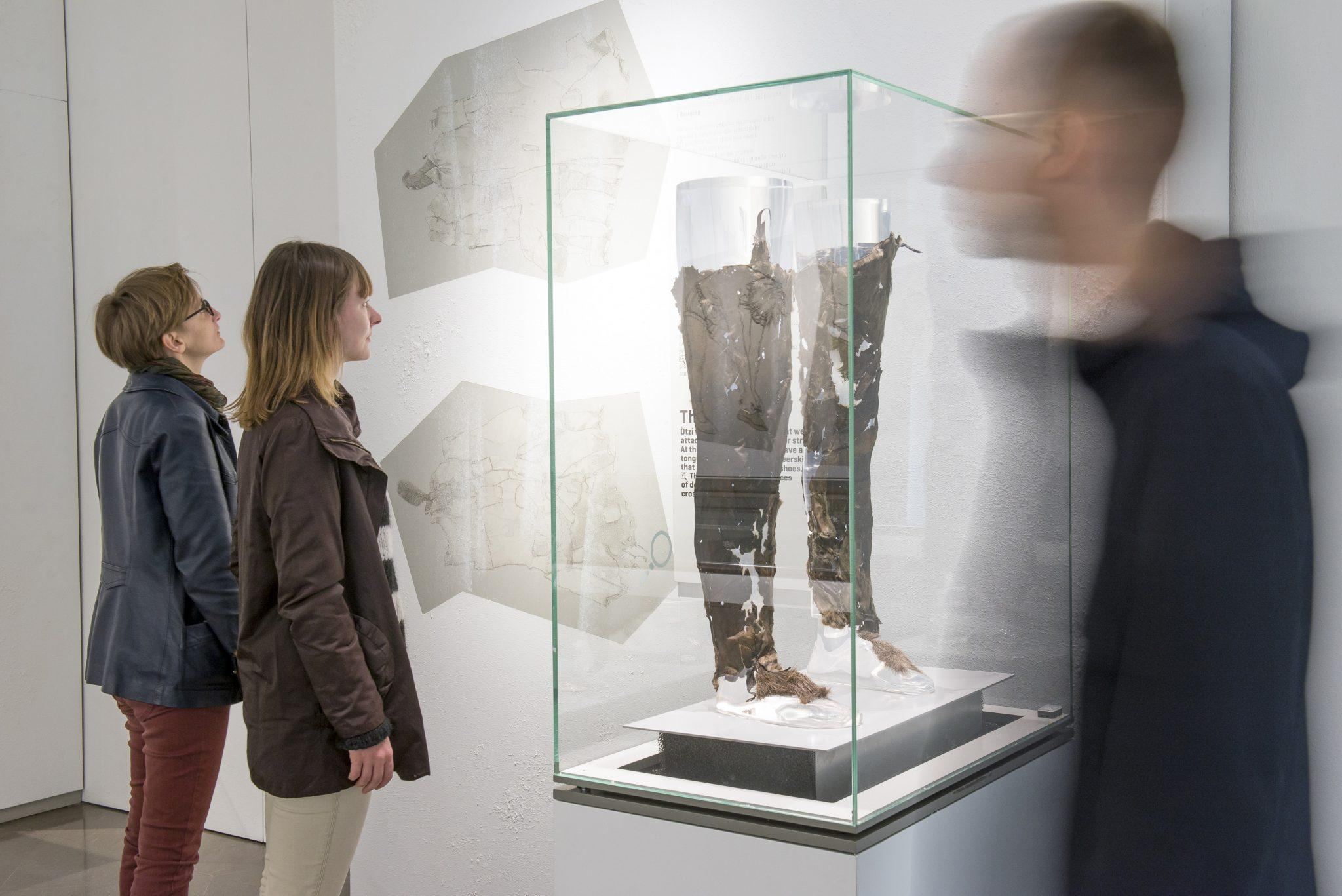 Ötzis Beinkleider im Südtiroler Archäologiemuseum:Ötzi, die 5.300 Jahre alte männliche Feuchtmumie wurde genau vor 25 Jahren, am 19. September 1991, auf dem Tisenjoch/Schnalstal mitsamt seiner Kleidung und Ausrüstung entdeckt.