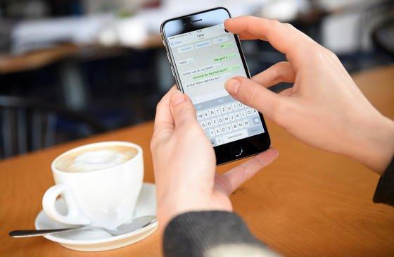 Bitterer Beigeschmack: Der Messenger-Dienst WhatsApp überträgt die Daten seiner Nutzer inzwischen an Facebook. Wer das auf keinen Fall will, löscht seinen Account am besten.