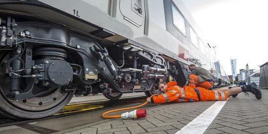 Wenn der Zug mit dem Auto am Bahnübergang spricht