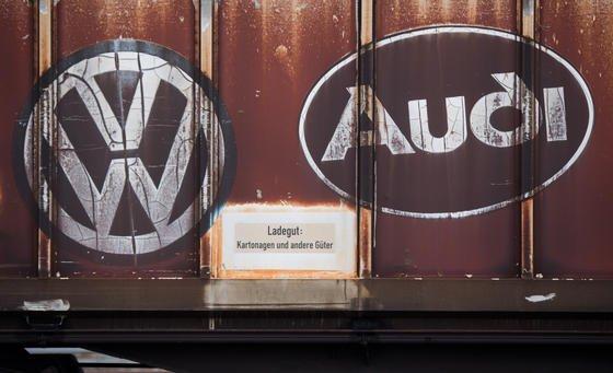 Nach VW rückt jetzt Audi in den Fokus des Dieselskandals. Auch Audi-Ingenieure sollen eine eigene Schummelsoftware entwickelt haben. Deshalb wurde EntwicklungsvorstandStefan Knirsch beurlaubt.