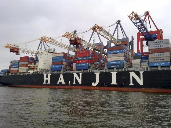 Hanjin, die siebtgrößte Reederei der Welt, hat Insolvenz angemeldet und damit eine Krise auf den Weltmeeren ausgelöst. Waren im Wert von 12 Milliarden € hängen fest.