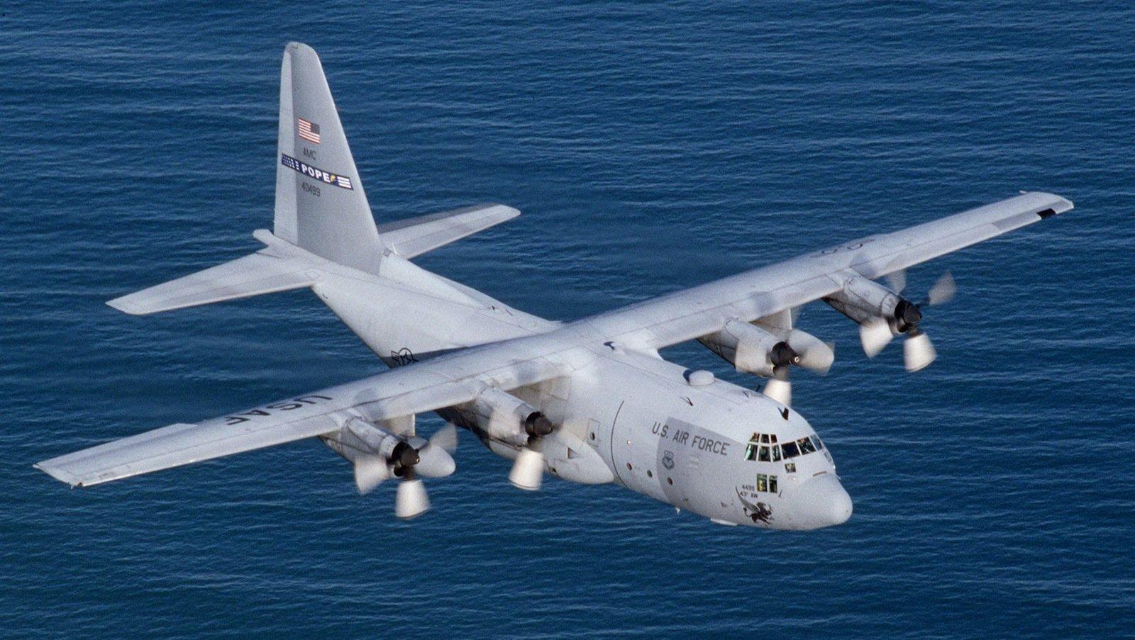 Die Lockheed C-130 Hercules zählt zu den vielseitigsten und am weitesten verbreiteten militärischen Transportflugzeugen. Sie wird seit 60 Jahren gebaut und wurde immer mal wieder weiterentwickelt. Damit problemlos kleinere Drohnen nach einem Angriff wieder in dem Transporter landen können, wird jetzt wieder an einer Lösung für diese spezielle Aufgabe getüftet.