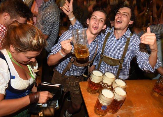 Und Prost: Beim Münchner Oktoberfest wird reichlich Bier getrunken. Vergangenes Jahr wurde Promi Stefan Effenberg mit 1,3 Promille am Steuer erwischt. Führerschein weg. US-Forscher haben jetzt ein Pflaster entwickelt, dass über den Schweiß den Alkoholgehalt misst – und auf dem synchronisierten Smartphone warnt. So frühzeitig und präzise, dass noch die Wahl besteht zwischen Weitertrinken und Taxi oder umsteigen auf Wasser und selbst fahrtüchtig bleiben.