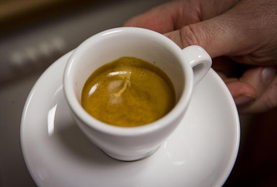 Dass Italiener ihren Kaffee lieben ist bekannt. Jetzt haben italienische Forscher herausgefunden, dass sich auch Kaffeesatz sinnvoll weiterverwerten lässt: als Schwermetallfilter.