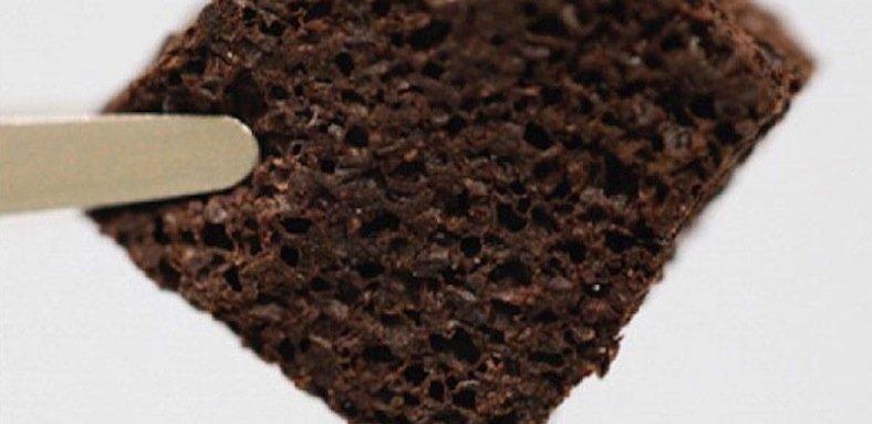 60 Gewichtsprozent Kaffeesatz stecken in diesem porösen Biopolymer-Schwamm – und das sorgt dafür, dass er Schwermetalle ziemlich effektiv aus dem Wasser zieht.