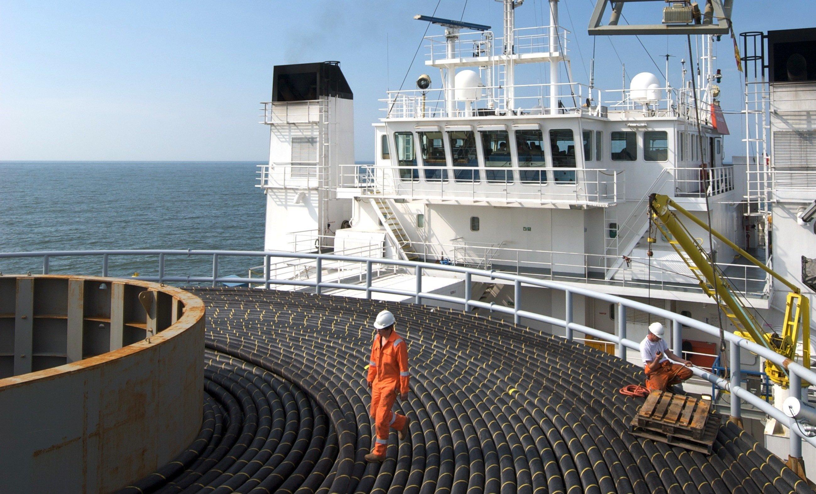 55 Kilometer Seekabel sind auf der Team Oman aufgerollt, um in der Nordsee verlegt zu werden. Die künftige, 623 Kilometer lange Nordlink-Verbindung zwischen Deutschland läuft auf 516 Kilometern unter Wasser.