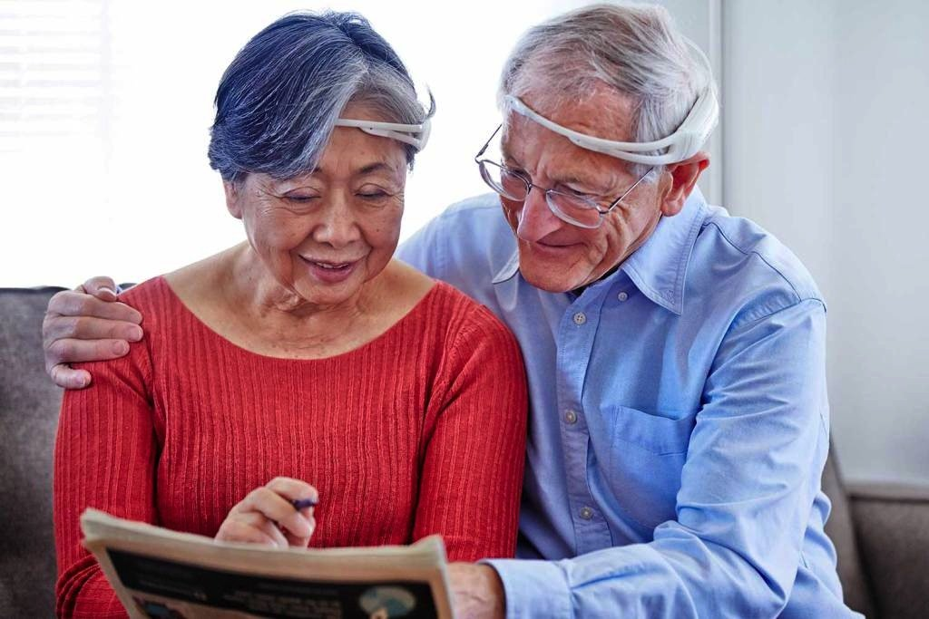 Vor allem ältere Leute sollen künftig Geräte und Hilfsmittel per Gedankenkraft über ein Headset steuern können.