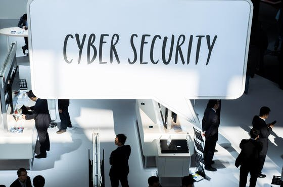 """""""Cyber Security"""" stand im März auf der CeBIT Messe in Hannover auf einem Schild am Stand von Huawei: In Großbritannien will sich jetzt die Regierung darum kümmern und landesweit eine Firewall aufbauen. Geschützt und kontrolliert werden soll nicht nur der Internetverkehr von Regierungen und Unternehmen, sondern auch der von privaten Nutzern."""