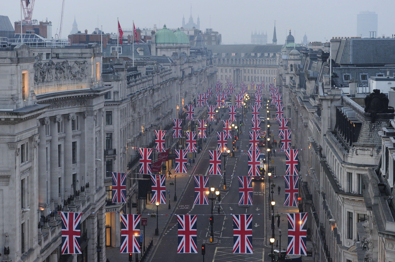 Beflaggte Regent Street in London: In der britischen Hauptstadt werden Passanten laufend durch Kameras überwacht. So sind in den gelb leuchtenden Straßenlaternen Überwachungskameras versteckt.