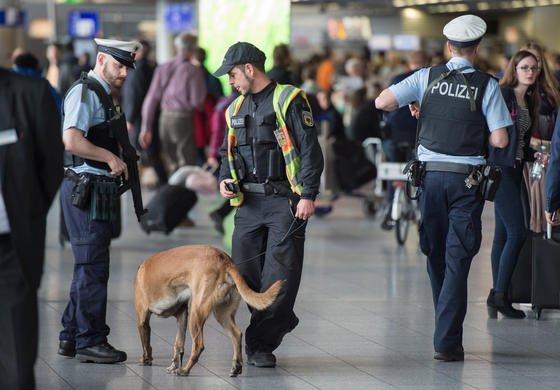 Schaut die NSA mit? Beamte der Bundespolizei und ein Polizeihundeführer mit seinem Hund sichern im März 2016 nach den Terroranschlägen von Brüssel den Terminalbereich des Flughafens in Frankfurt am Main. 2004 hatte der BND entdeckt, dass eine Überwachungskamera des Herstellers NetBotz am Frankfurter Flughafen versuchte, sich mit dem US-Militärserver zu verbinden.