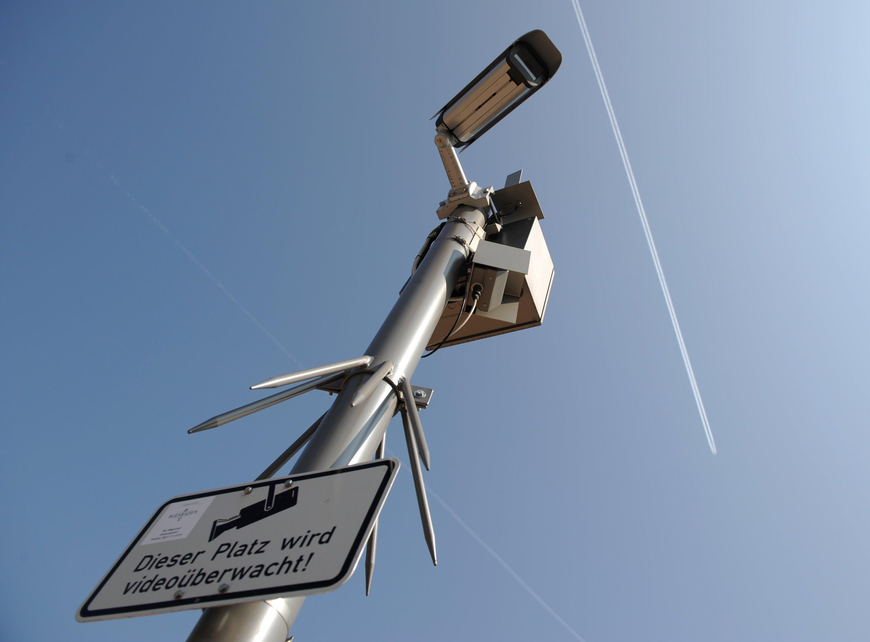 Symbolbild Kameraüberwachung: Die Systeme von NetBotz werden vor allem in hochsensiblen Sicherheitsbereichen wie Serverräumen installiert, so etwa am Frankfurter Flughafen, der koreanischen Raumfahrtuniversität oder einem Datenzentrum der thailändischen Regierung.