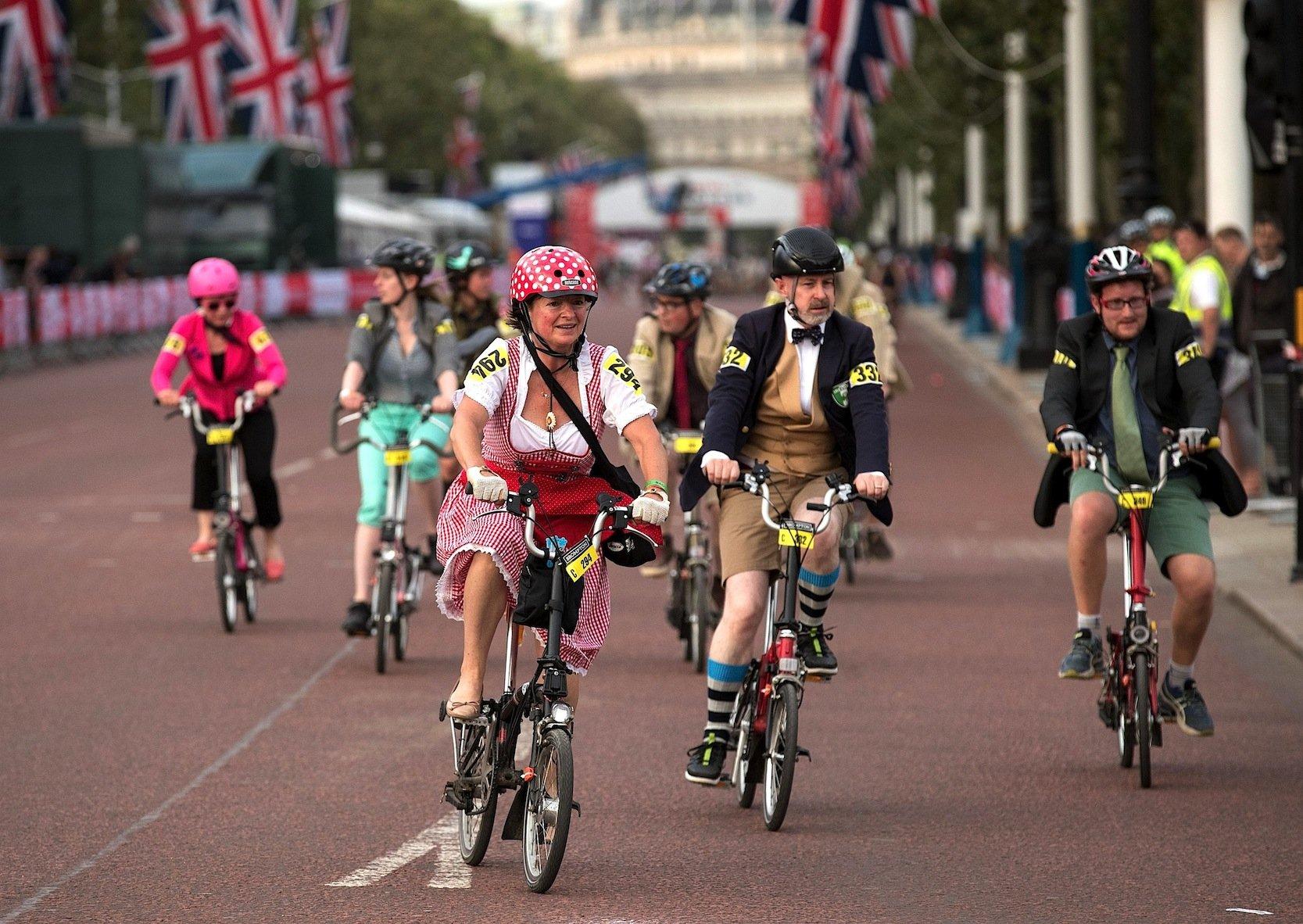 Beim Brompton-Rennen müssen die Räder beim Start erstmal aufgeklappt werden. Während des Rennens müssen Kleider und Sakkos getragen werden.