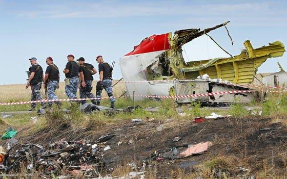 Wrackteile der Boeing 777, die im Juli 2014 in der Nähe von Donetzk abgestürzt ist. Die Ermittler haben aus den Wrackteilen, Telefonaten, Amateurvideos umd Zeugenaussagen den Abschuss von Flug MH17 sehr genau rekonstruieren können.