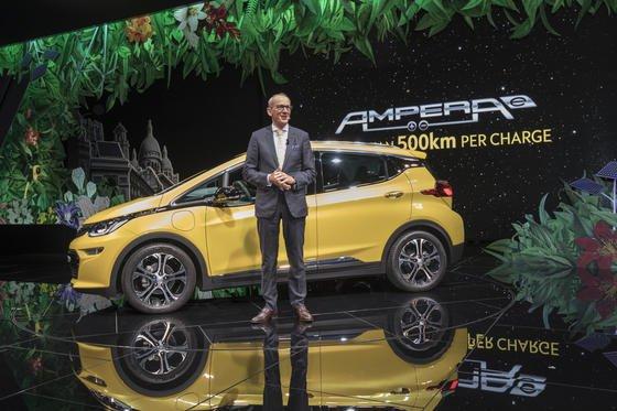 Opel-Chef Karl-Thomas Neumann hat in Paris den neuen Elektrowagen Ampera-e vorgestellt, der eine reale Reichweite von fast 400 km haben soll. Elektroautos sind ein zentrales Thema des Pariser Autosalons.
