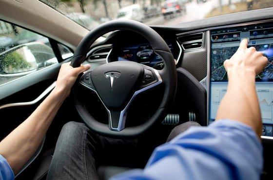 Tesla Model S: Zum ersten Mal ist es auch in Deutschland mit diesem Auto bei eingeschaltetem Autopilot zu einem Unfall gekommen. Der Fahrer beteuert, die Hände immer am Steuer gehabt zu haben.