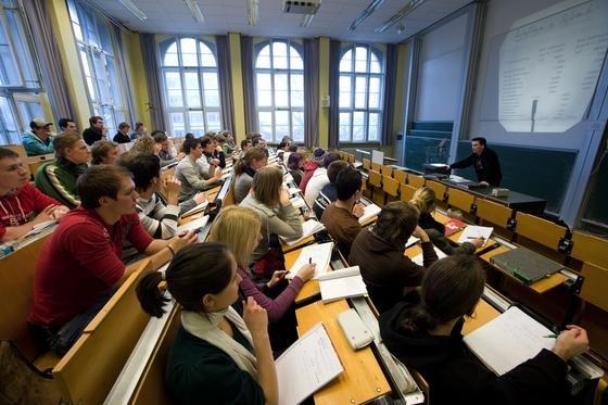 Vorlesung an der RWTH Aachen: Der frühere Telekom-Manager Thomas Sattelberger kritisiert die Universitäten, weil sie den Bachelor selbst schlecht reden würden.