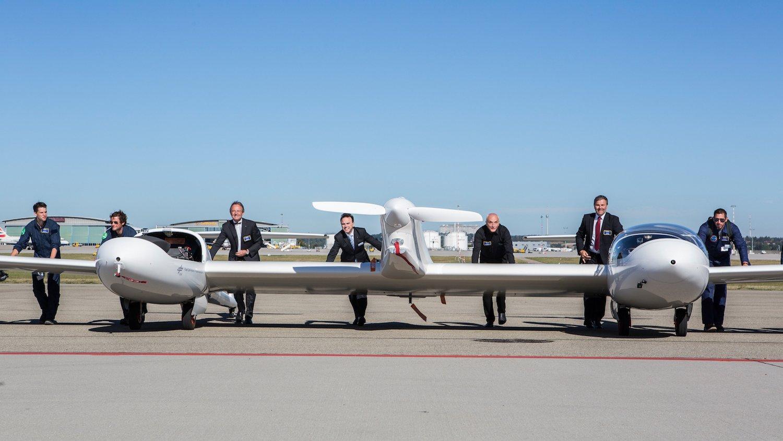 HY4 hat eine Flügelspannweite von rund 29 m. In der Mitte ist der E-Propeller angebracht, links und rechts daneben Kabinen für jeweils zwei Passagiere.