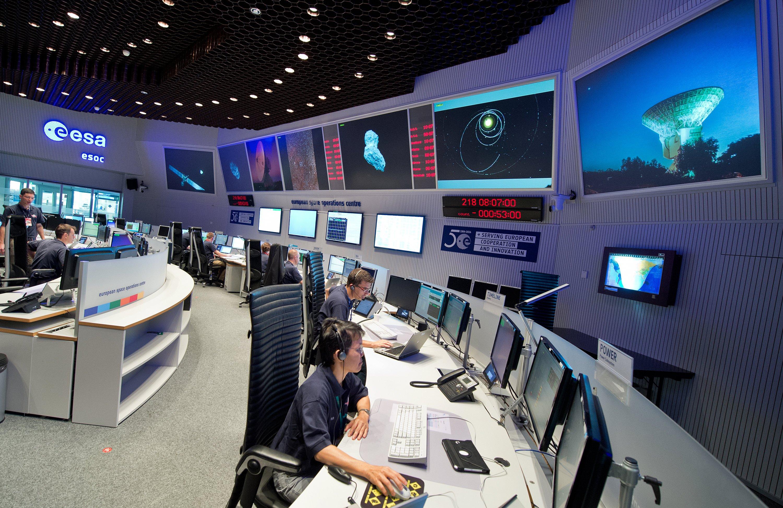 Kontrollzentrum der ESA in Darmstadt: Die Forscher empfangen letzte Daten von Rosetta während des Landeanflugs. Sobald die Raumsonde auf dem Kometen aufsetzt, schaltet sie sich ab.