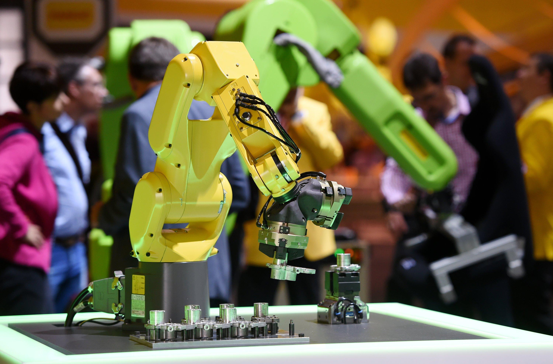 """Der Branchenverband IFR betont in seinem Jahresbericht, dass die """"enormen Roboterinstallationen einen positiven Effekt auf die Beschäftigung"""" hätten."""