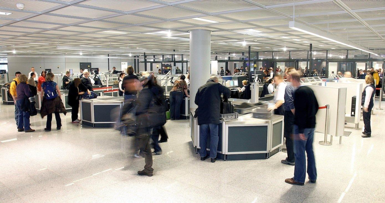 Gepäckkontrolle am Flughafen Frankfurt: Die Wartezeiten können sich Fluggäste per App anzeigen lassen.