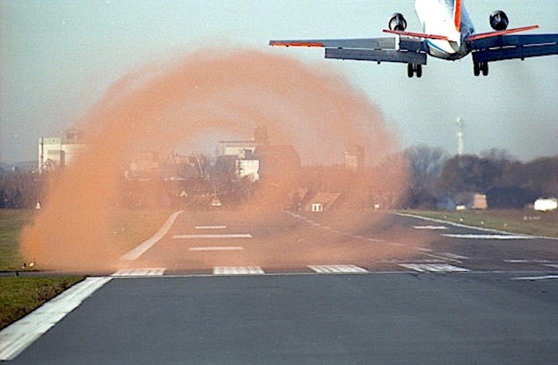 Um die lästigen Wirbelschleppen zu erforschen, die sich hinter einem Flugzeug bilden, hat das Deutsche Zentrum für Luft- und Raumfahrt Farbpartikel eingesetzt, um die Wirbel sichtbar zu machen.