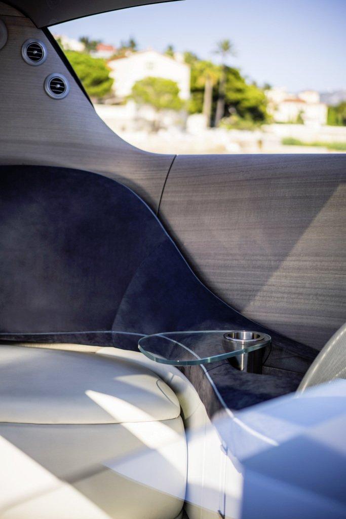 Fließende Formen kennzeichnen das Interieur der Mercedes-Yacht.