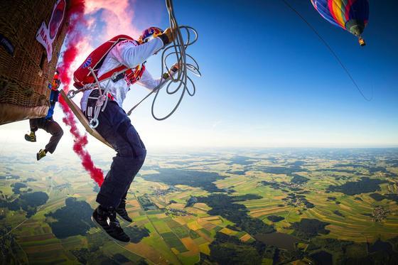 Georg Lettner beim Abflug: Die Seile der Schaukel sind 125 m lang.