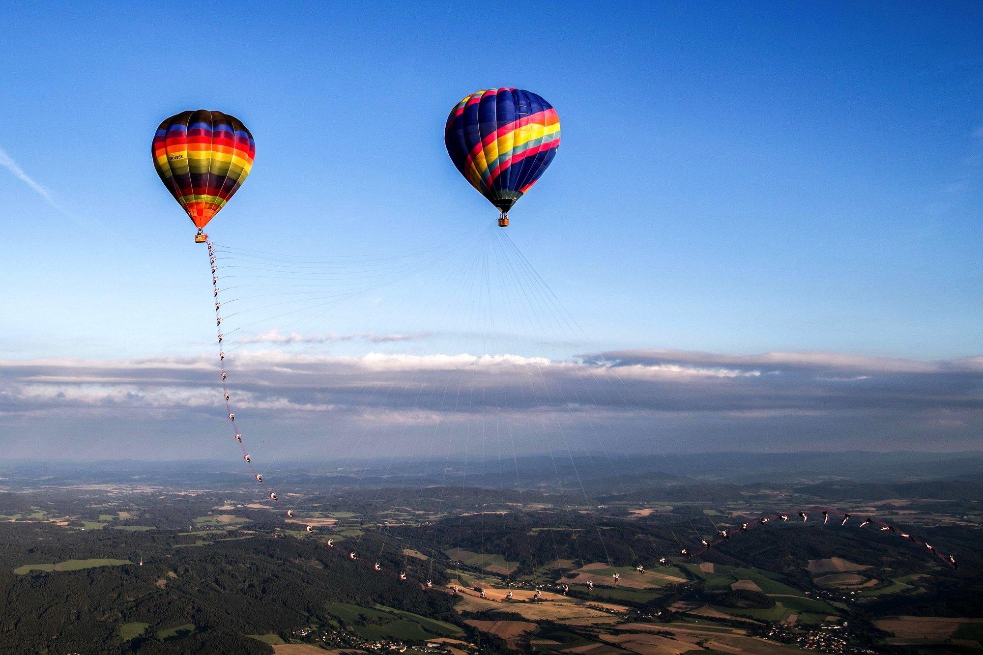 Nach dem Sprung schwingen die Fallschirmspringer bis zum nächsten Hochpunkt, um dort abzuspringen.