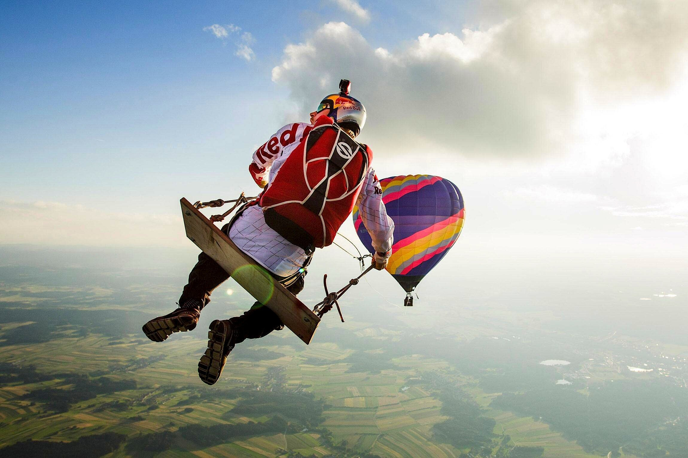 Da stockt der Atem:Marco Fürst stürzt sich in 1.800 m Höhe auf einer Schaukel in die Tiefe.