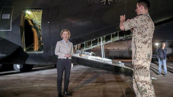Bundesverteidigungsministerin, Ursula von der Leyen (CDU) lässt sich von einem Soldaten am 21. September in Amman in Jordanien fotografieren. Gestern gründete sie in Berlin die Abteilung Cyber- und Informationstechnik (CIT) der Bundeswehr.