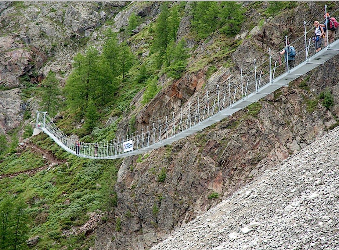 Die alte Hängeseilbrücke wurde 2010 durch Steinschlag zerstört.