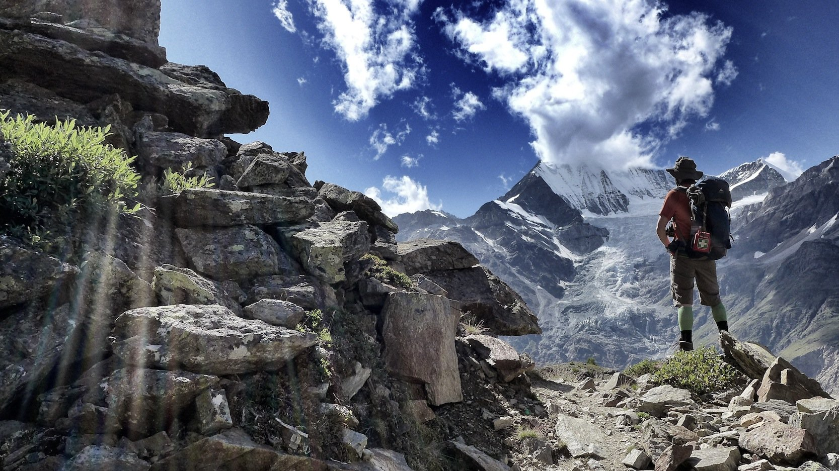 Unglaubliche Blicke bietet der Europaweg im Wallis: Hier schaut ein Wanderer auf die Gebirgskette in der Nähe des Matterhorns.