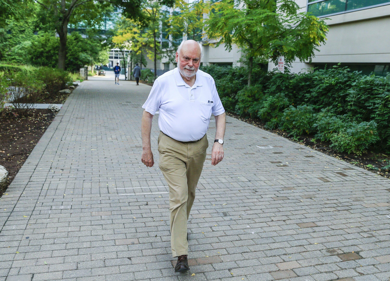 Sir J. Fraser Stoddart, einer der drei Nobelpreisträger in Chemie 2016, spaziert am 5. Oktober 2016 auf dem Campus der Northwestern University in Evanston (Illinois).