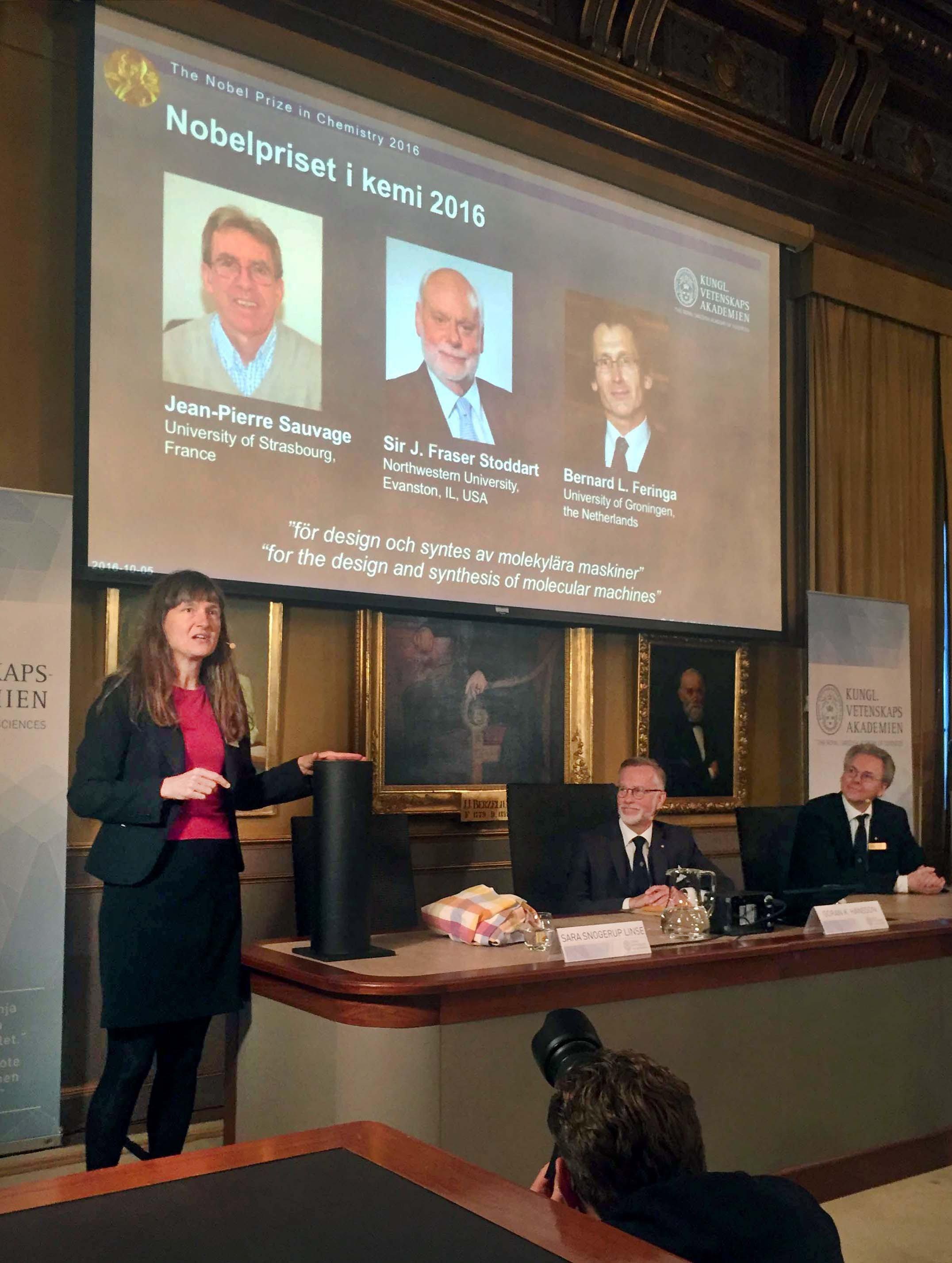 Die Königlich-Schwedische Akamedie der Wissenschaften gibt am 5. Oktober 2016 inStockholm die Nobelpreisträger 2016 für Chemie bekannt: Jean-Pierre Sauvage, James Fraser Stoddart und Bernard Feringa.