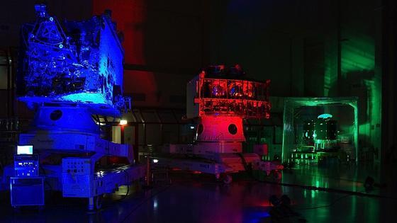 Voller Hightech steckt der BepiColombo-Orbiter (l.) der ESA, der 2018 zum Merkur startet. Jetzt hat die Universität Bern ein Herzstück der Mission fertiggestellt: denLaser-Altimeter Bela, der eine 3D-Karte des Merkur aufzeichnen soll. Rechts im Bild steht der japanische Magnetospheric Orbiter, der das Magnetfeld des Merkur untersuchen wird. Im roten Licht steht dasMerkurTransfer Module, das beide Orbiter in ihre Umlaufbahn bringen wird.