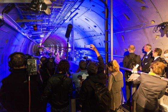 Rund 350 Gäste feierten am 6. Oktober 2016 die Fertigstellung der 3,4 Kilometer langen unterirdischen Anlage, die jetzt schrittweise in betrieb genommen wird. Externe Wissenschaftler können Sie voraussichtlich ab Sommer 2017 für Experimente nutzen.