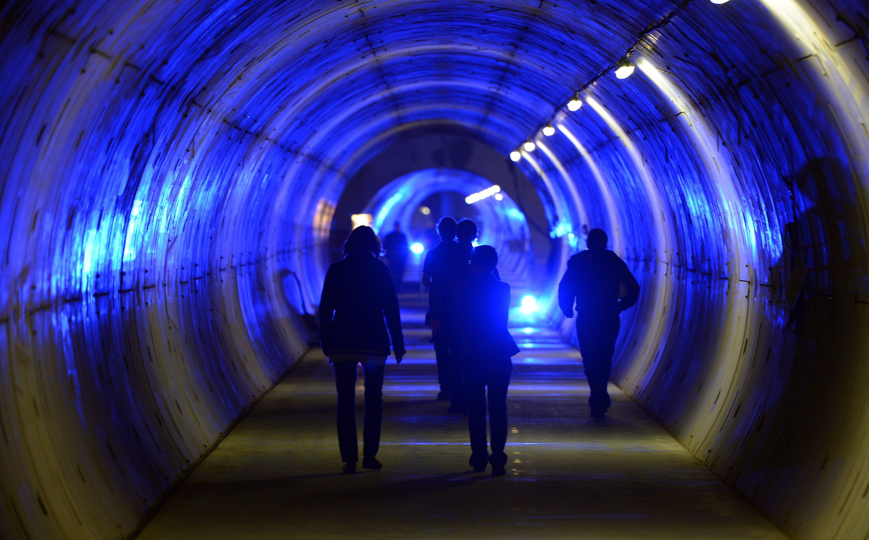 Da war er noch nicht ganz fertig, aber die Tiefbauarbeiten abgeschlossen: Eine Besuchergruppe läuft in Schenefeld im Tunnel des Röntgenlasers XFEL.