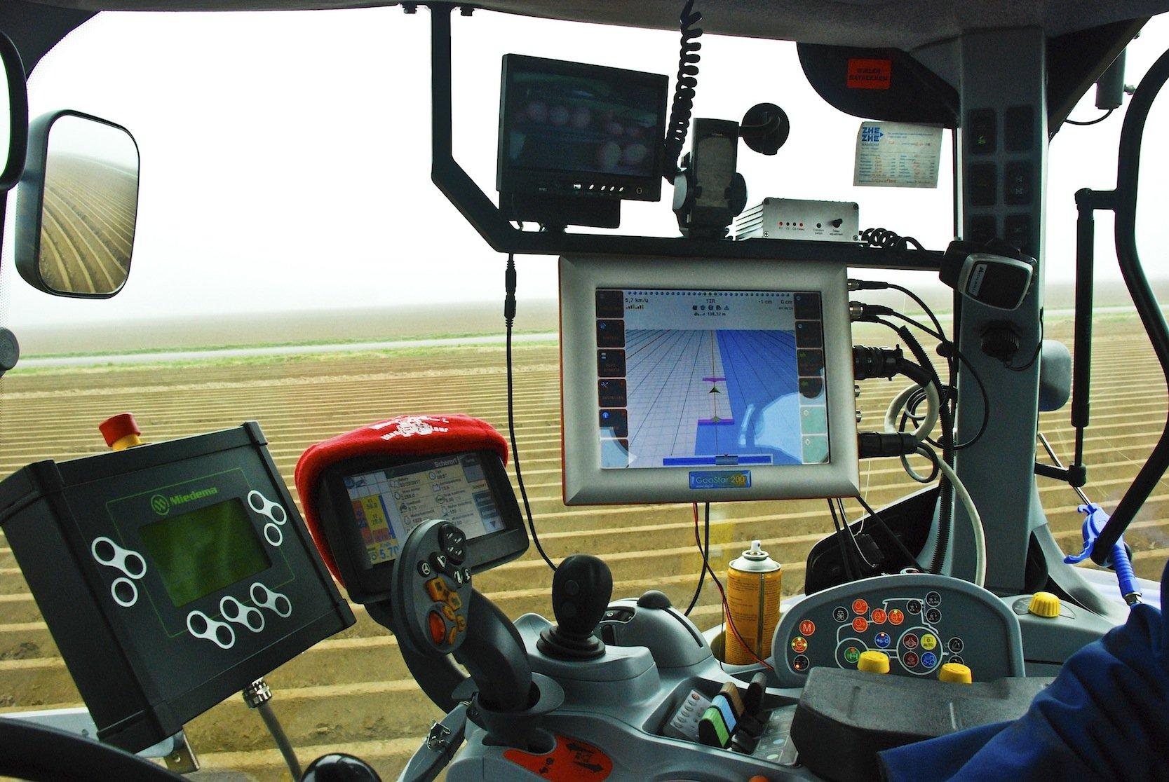 Traktor-Cockpit mit Displays: Künftig sollen Satellitendaten ein effizienteres Bearbeiten von Ackerflächen erlauben.