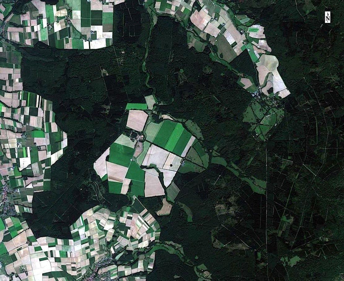 So sieht die Domäne in Beberbeck (Hessen) aus dem All aus, ohne dass die Aufnahme für Landwirte bearbeitet ist.