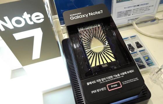 Mit dem Galaxy Note 7 wollte Samsung vor allem gegen Apples iPhone 7 bestehen. Jetzt hat Samsung riesige Probleme mit dem Akku. In den USA haben T-Mobile und AT&T den Vertrieb des Note 7 eingestellt.
