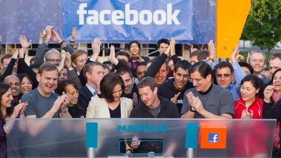 Facebook-Chef Mark Zuckerberg (m.) läutet die Glocke beim Börsengang an der Nasdaq: Jetzt will Zuckerberg auch in den USA sein kostenloses, aber stark eingeschränktes Internet einführen.