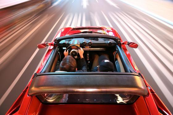 Die Hände immer am Steuer halten: Der Autopilot des Tesla ist zum autonomen Fahren nicht geeignet, so ein Gutachten für das Bundesverkehrsministerium.