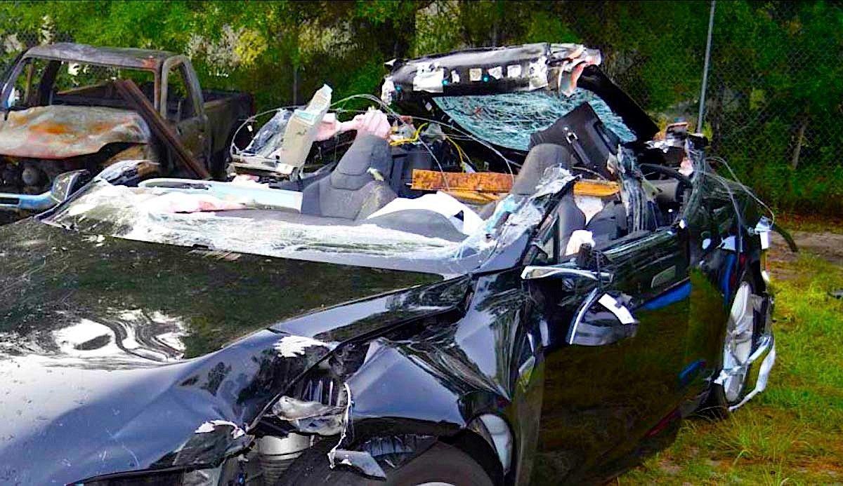 Derzeit häufen sich die Unfälle mit Tesla-Modellen, deren Fahrer den Autopiloten nutzen. Doch der Autopilot ist zum autonomen Fahren gar nicht geeingnet. Im Bild ein bei einem Unfall demolierten Tesla. Der FahrerJoshau Brown hatte den Autopiloten eingeschaltet und kam im Mai ums Leben.